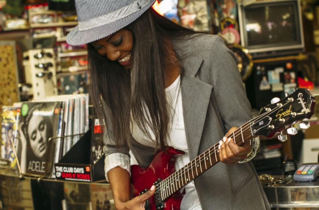 kobieta z gitarą we włosach
