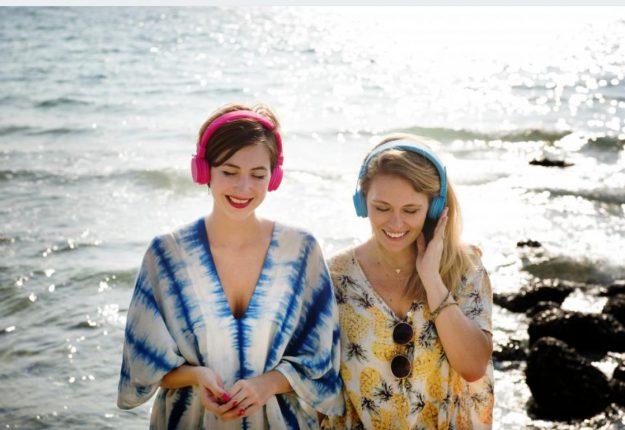kobiety ze słuchawkami