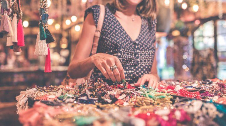 kobieta kupująca biżuterię